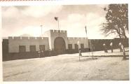 <h5>Campo de Concentração de Tarrafal</h5><p>Fachada principal do Campo Concentração, alguns dias após à sua queda</p>