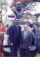 <h5>Inauguração do busto de Amílcar Cabral </h5><p>Luís Cabral ex-Presidente de Guiné-Bissaue irmão de Amílcar Cabaral e Pedro Martins, no dia em que o busto de Amílcar Cabral foi inaugurado na praça de Assomada.</p>
