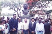 <h5>Inauguração do busto de Amílcar Cabral</h5><p>Pedro Martins, Arlindo Borges, Luís Mendonça, Elvio Fernandes e Eugénio Furtado, Militantes de Independencia Nacional, no dia da inauguração do busto de Amílcar Cabral.</p>