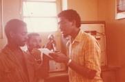 <h5>Recepção dos ex-Presos Políticos vindos de Angola</h5><p>Na sala de transmissão do aeroporto da Praia, Pedro Martins anuncia à população à espera dos ex-presos políticos a iminencia da chegada do avião que transportava aqueles patriotas.</p>