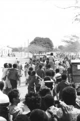 <h5>Invasão do Campo de Concentração</h5><p>Pedro, no centro da foto, abraçado pela multidão. Por perto vé-se o Procurador-Geral da Republica e Lineu Miranda (preso politico caboverdiano mais velho)</p>