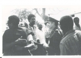 <h5>Acto oficial de libertação</h5><p>Comandante do exercito portugues na ilha de Santiago cumprimentando Pedro Martins. Dr. Vieira Lopes (costas para a camera), advogado de Pedro Martins e de outros presos politicos </p>