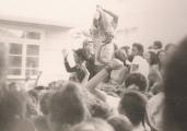 """<h5>A volta da Praça Pricipal da Praia</h5><p>A Praça da Praia foi o lugar onde se acumulou a multidào e o seu coreto  tornou-se palco de um comício, em que  Pedro Martins acompanhado do ex-preso politico angolano Justino Pinto de  Andrade, se dirigiu à multidão presente, denunciando o sistema repressivo colonial, em que o Campo de Concentração de Tarrafal era o seu expoente maximo. Numa altura que se dava """"Viva ao General Spínola"""", Pedro Martins denunciou esse general como tendo mãos manchandas de sangue de patriotas africanos, principalmente na Guiné-Bissau. </p>"""