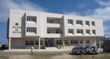 <h5>Palácio de Justiça de Pedra Badejo</h5><p>Quando construído em 2013, esse edifício foi considerado como o melhor Palácio de Justiça em Cabo Verde.  Não foi respeitado a localização do projecto.</p>