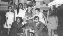 <h5>Festa de Finalista 1970 que organizamos numa prespectiva nacionalista</h5><p>Com os colegas Setembrino Barros, Cirilo Lobo, Tamena Martins, Manuel Monteiro, João Fonseca na festa de finalistas do Liceu da Praia em 1970.</p>