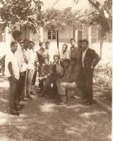 <h5>Na Praça de Assomada</h5><p>Entre camaradas de luta na clandestinidade, como o Zé Braga (falecido), Silvino Aguiar e outros amigos.</p>