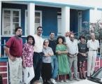 <h5>Foto Familiar</h5><p>À frente da casa dos pais em Assomada com a mãe Elisa e irmãos (Júlio, Angela, Pedro, Elisa, José, Glória, Daniel, Natalina e Osvaldo).</p>