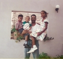 <h5>Com os filhos Winnie, Kunta e Iany</h5><p>Foto feita em1995 no pátio forntal da sua habitação,</p>