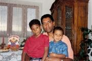 <h5>Pedro, entre filhos Kunta e Iany</h5><p>Celebrando o aniversário do Iany,1997</p>