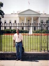 <h5>White House, Washington DC</h5><p>Em frente de White House, em Washington DC, onde trabalhava na firma BBGM.</p>