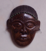 <h5>Peça de Artesanato de um artista angolano</h5><p>Esculpida de uma casca de coco, oferta de um ex-prisioneiro de Angola no C.C. de Tarrafal.</p>