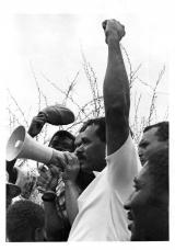 <h5>Multidão que pressionou a Libertação dos Presos Políticos do C.C. de Tarrafal</h5><p>Osvaldo Osório entre os milhares de caboverdianos que à frente do C.C. de Tarrafal pressionaram as autoridades coloniais a libertarem os Presos Políticos</p>