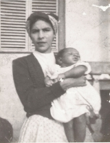 <h5>Nos braços da mãe</h5><p>Pedro aos 6 mesesde idade, no braço da sua mãe Elisa e na varanda da casa  (conhecida como de Amílcar Cabral), onde nasci, em Achada Falcão, que o seu pai Júlio dos Reis Borges lhe doara em vida.</p>