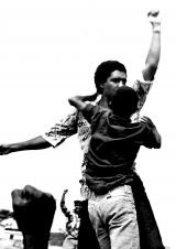 <h5>Labanta Mo</h5><p>Pedro Martins no momento de libertação  do Campo de Concentração de Tarrafal quando miliares de Caboverdianos pressionavam para a libertação dos presos politicos. Uma das fotografias considerada como mais emblemática da Independência de Cabo Verde</p>