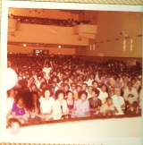 <h5>A plateia do 1º Comício -1974</h5><p>A plateia do 1º Comício Politico em Cabo Verde, no cineteatro da cidade da Praia.</p>