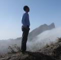 <h5>Pedro Martins em Monte Txota</h5><p>Ao fundo o Pico de Antónia, a mais alta elevação na ilha de S. Tiago</p>