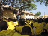 <h5>Pedro Martins e estudantes</h5><p>Pedro Martins explicando aos estudantes o significado do Campo de Concentração do Tarrafal no contexto da história de Independência Nacional. </p>